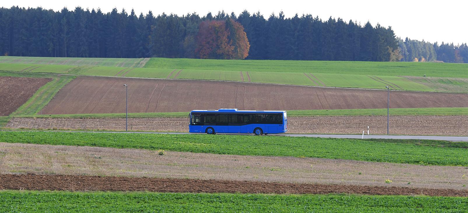 Bus auf Landstraße